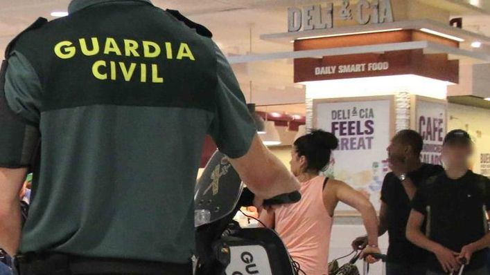 Detenidos tres irlandeses por quemar mobiliario urbano en Santa Ponça