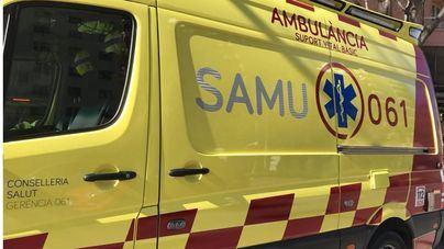 Cinco heridos al arrollar un coche la terraza de un bar en Maó