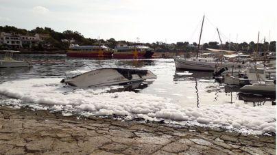 Cierran Portopetro por el vertido de combustible de dos barcos incendiados