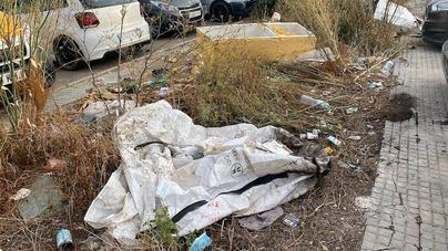 Basuras, residuos y desperdicios en un parking municipal de Can Valero