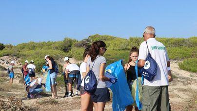 La limpieza solidaria en la playa de Na Patana de Can Picafort elimina 11 kilos de residuos marinos