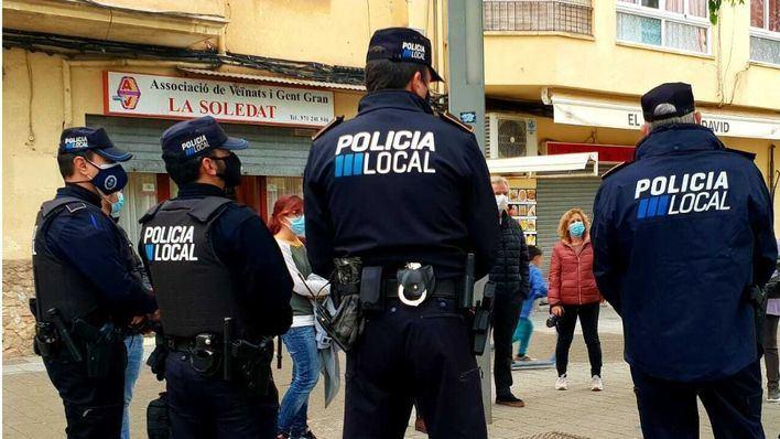 Un grupo de 20 personas pega una paliza a un hombre en el barrio de la Soledat