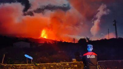 Continúan los desalojos en La Palma tras abrirse una nueva boca del volcán