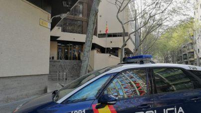 El Parlament pide que todas las comisarías informen al ciudadano del derecho a usar el catalán