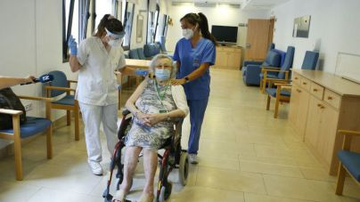 Baleares comienza a poner la tercera dosis de la vacuna a ancianos de residencia