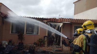 Los Bomberos de Palma actúan en s'Aranjassa tras incendiarse una caravana utilizada como vivienda