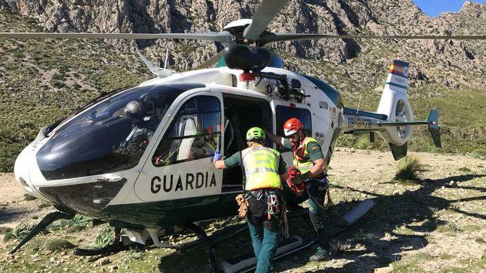 Complicado rescate de un hombre que ha caído desde 10 metros por un terraplén en Alcúdia