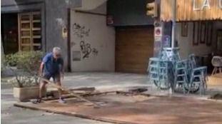 Los restauradores desmontan las terrazas exteriores situadas en los aparcamientos públicos