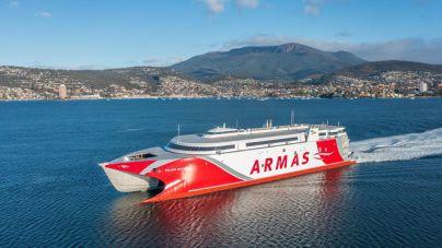 El catamarán Volcán de Taidía hace escala en Auckland en su viaje de entrega oficial