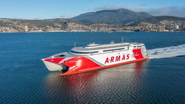 El catamarán Volcán de Taidía llega a Papetee y recorre 2.250 millas en tres días