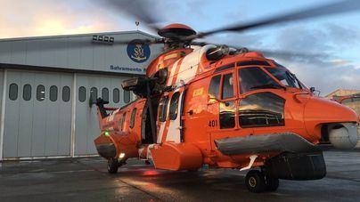 Una embarcación y un helicóptero siguen buscando a los tres inmigrantes de la patera que naufragó