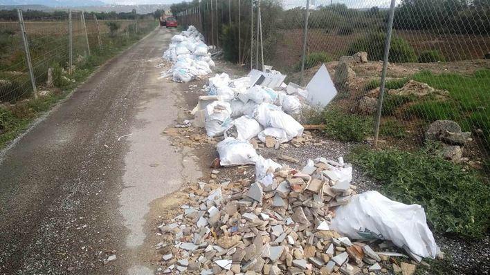 Los operarios retiran escombros acumulados en puntos de s'Aranjassa y Son Ferriol