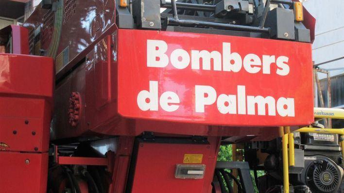 Los Bomberos sofocan un incendio en un velero atracado en el puerto de Palma