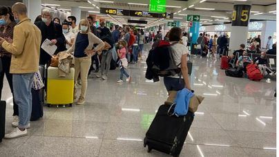 Los pasajeros del aeropuerto de Palma, obligados a cargar con sus maletas al no encontrar carritos