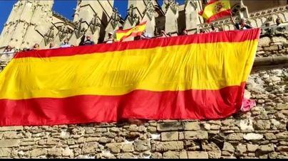 Vox despliega una bandera española de 40 metros en Ses Voltes para celebrar el 12 de octubre