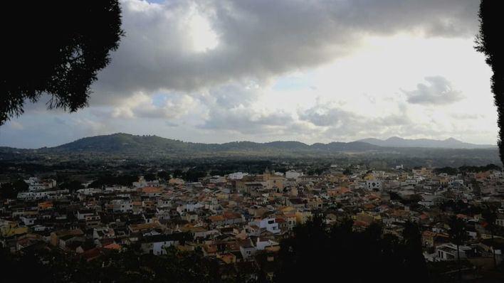 Cielos nubosos y posibles chubascos localmente fuertes este domingo en las Islas