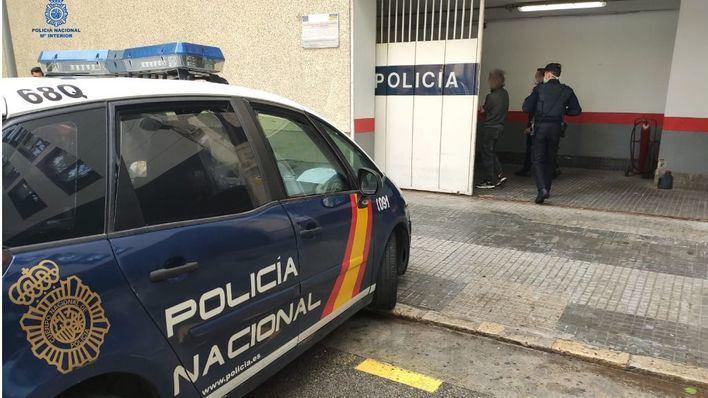 Un policía obligado a desenfundar su arma para evitar una agresión a una familia en un piso de Palma