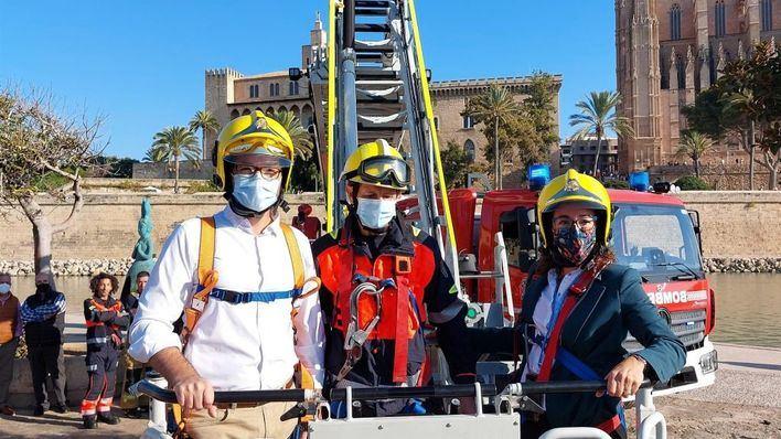 La nueva autoescalera de los Bomberos de Palma alcanza los 32 metros de altura