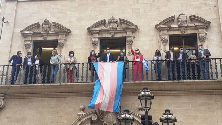El Ayuntamiento de Palma coloca la bandera Trans en el balcón institucional de Cort