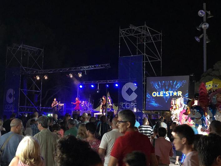 Miles de personas celebran San Juan al ritmo de Vicky Larraz en la fiesta de Cope Mallorca