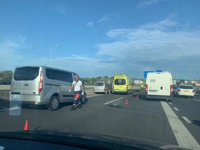 Grandes retenciones de tráfico al colisionar varios vehículos en la autopista de Llucmajor