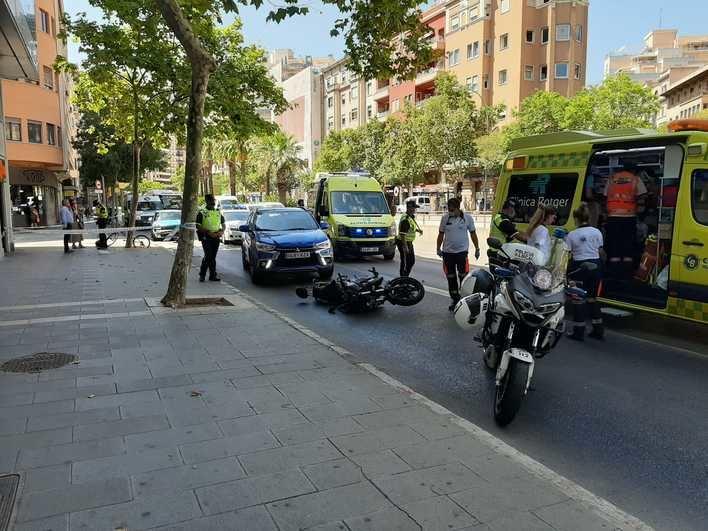 Dos heridos al arrollar un vehículo a una motocicleta en las Avenidas de Palma