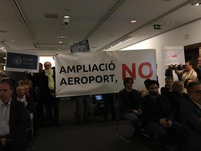 Activistas irrumpen en una ponencia en Palma del COP25 y exigen a Armengol la cogestión del aeropuerto