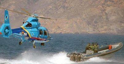 Un fallecido y dos heridos al caer al mar un helicóptero que perseguía a unos narcos
