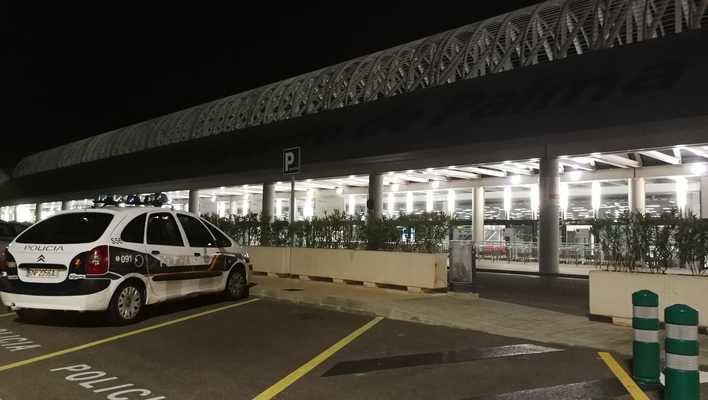Un falso aviso de bomba obliga a registrar el aeropuerto de Palma
