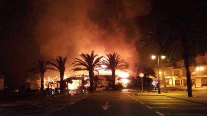 Un gran incendio acaba con el restaurante Es Plá de Fornells