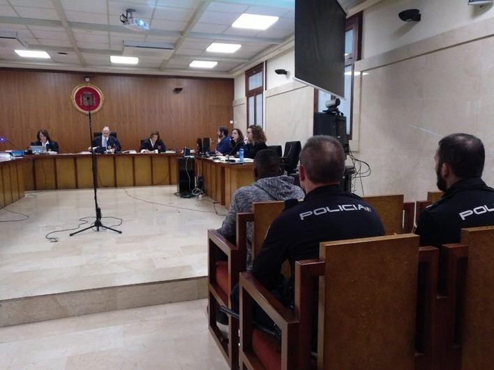 Solicitan 12 años de cárcel por traficar con gas de la risa y morder a un policía en Ibiza