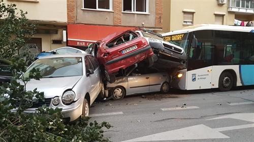 Un autobús de Málaga arrolla varios coches tras sufrir su conductor un infarto
