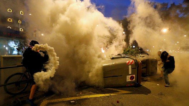 Graves disturbios y cargas policiales en la peor noche de Barcelona