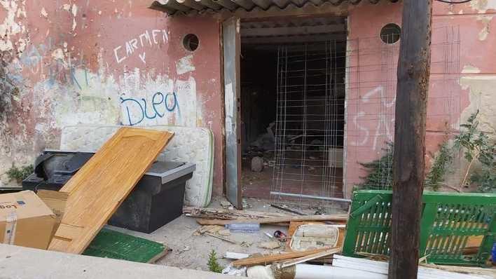Preocupación en Camp Redó tras una intensa humareda en un edificio abandonado