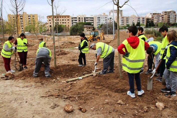 Alumnos de secundaria plantan árboles en el bosque urbano del canódromo de Palma