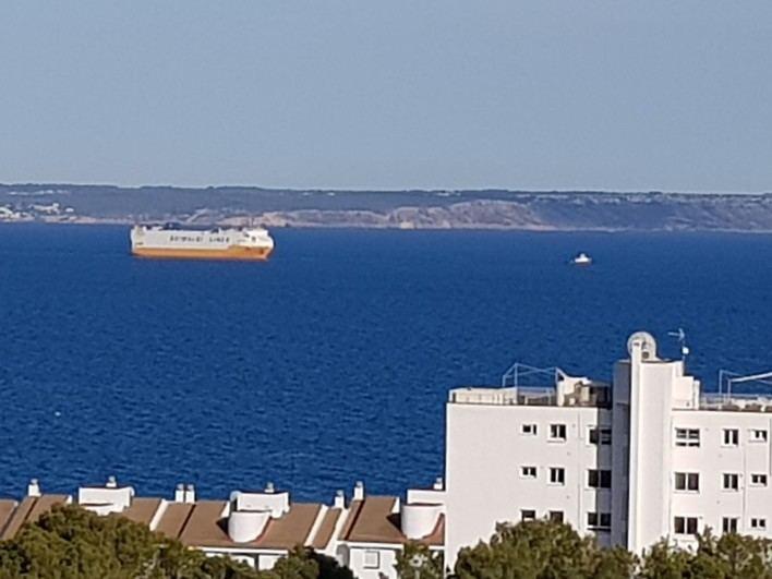 El buque 'Grande Europa' zarpa remolcado desde Palma hacia el puerto de Valencia