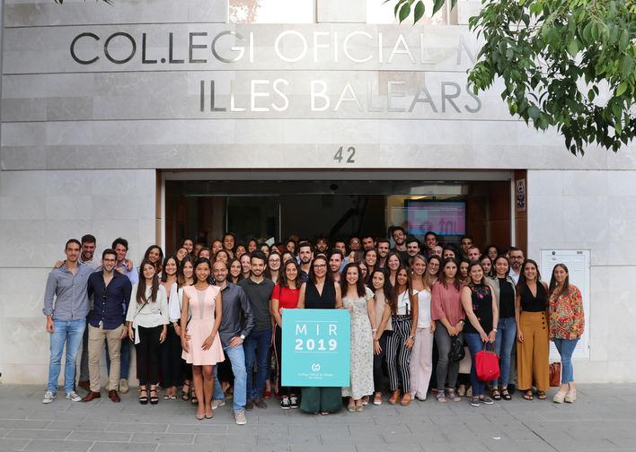 El Col·legi de Metges entrega 115 carnets de colegiado a los nuevos MIR de Balears