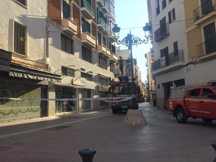 Acordonada una zona de la calle Sindicat de Palma ante la caída de tejas y fiolas de un edificio