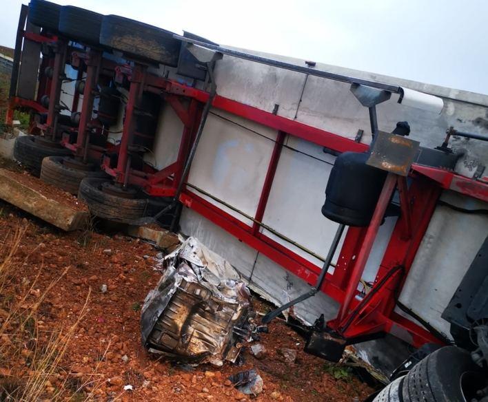 Un camión arrolla un coche y vuelca sobre él en la carretera de Manacor