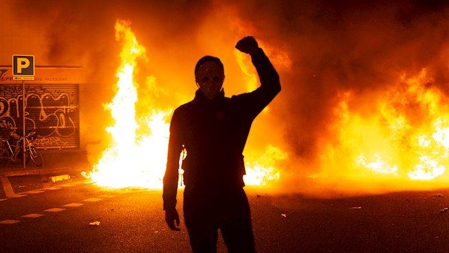Coches quemados, cócteles molotov y ácido contra los Mossos en la tercera noche de caos en Barcelona