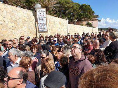 Miles de gabellins exigen a Madrid la reparación del paseo de Cala Gat en Cala Rajada