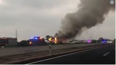 Un autocar, pasto de las llamas en la autopista de Inca
