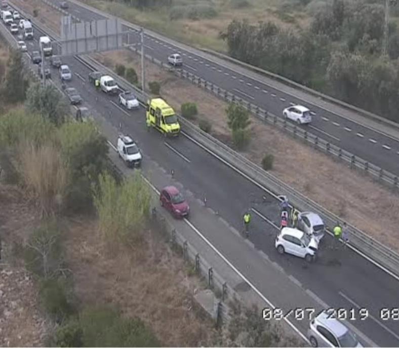 Un accidente en la autopista del aeropuerto provoca grandes retenciones