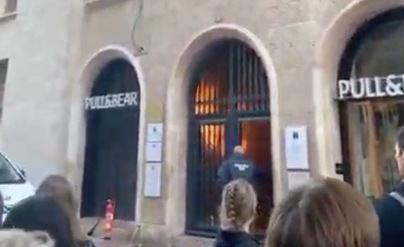 Alarma en la calle Sant Miquel de Palma por el incendio en uno de los portales