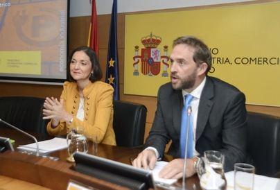 Fernando Valdés, junto a la ministra Reyes Maroto