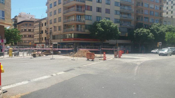 Embotellamientos de tráfico en las Avenidas por las obras del colector de Emaya