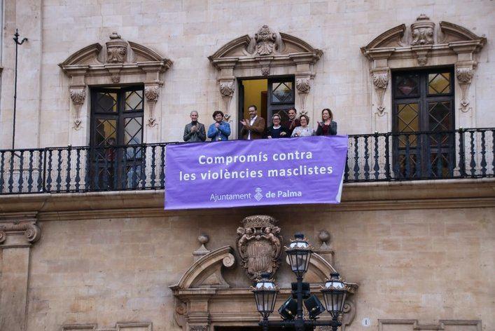 Cort cuelga en su fachada el lazo por la erradicación de la violencia contra las mujeres