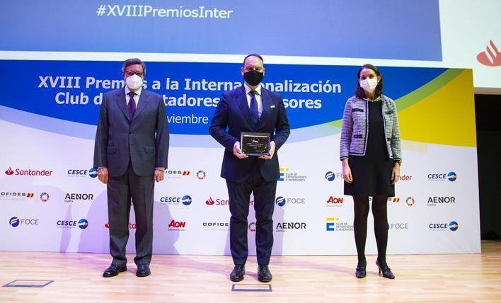 Antonio Bonet, presidente del Club de Exportadores, Alfonso del Poyo, vicepresidente de Melia, y Reyes Maroto, ministra de Industria