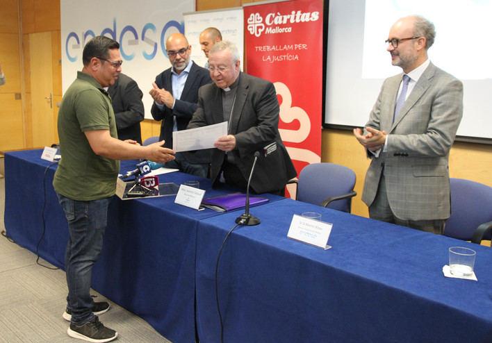 Entrega de diplomas a los alumnos del Curso de Electricidad y Domótica de Cáritas