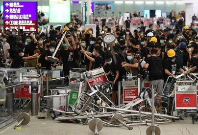 Duros enfrentamientos entre la Policía y los manifestantes en el aeropuerto de Hong Kong